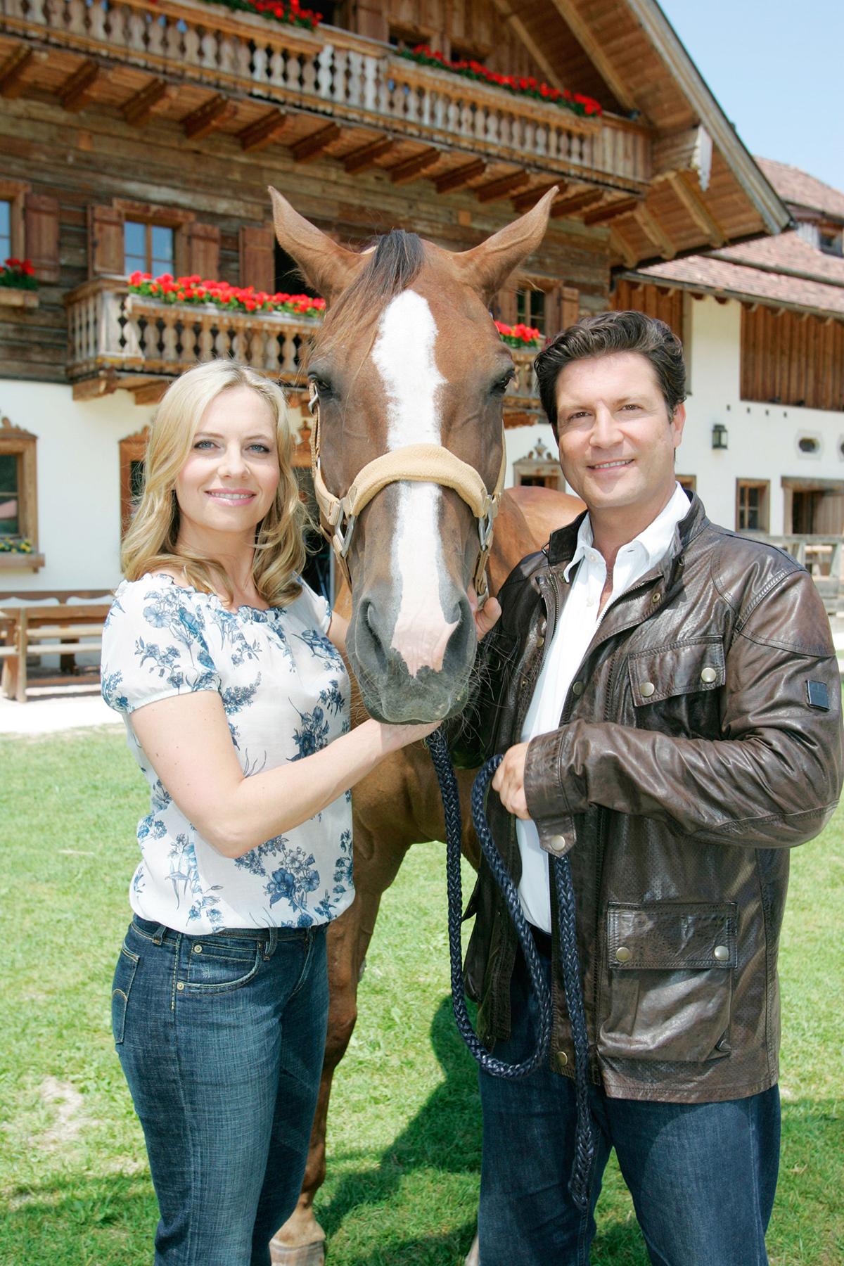 """Francis Fulton-Smith mit seiner Kollegin Susanne Michl in """"Ein Paradies für Pferde"""". (Foto: ZDF/ORF/Franz Neumayr)"""