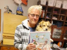 Der Künstler Xaver Mayer mit der 14. Ausgabe des Landauer Adventskalenders. (Foto: honorarfrei)
