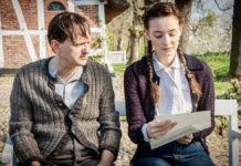 Die junge Vera (Maria Ehrich) liest ihrem Stiefvater Karl (Milan Peschel) einen Brief ihrer Mutter und Karls Exfrau Hildegard vor. Sie teilt den beiden Zurückgelassenen mit, dass sie mit ihrem neuen Mann eine Tochter bekommen hat (Foto: ZDF/Boris Laewen)