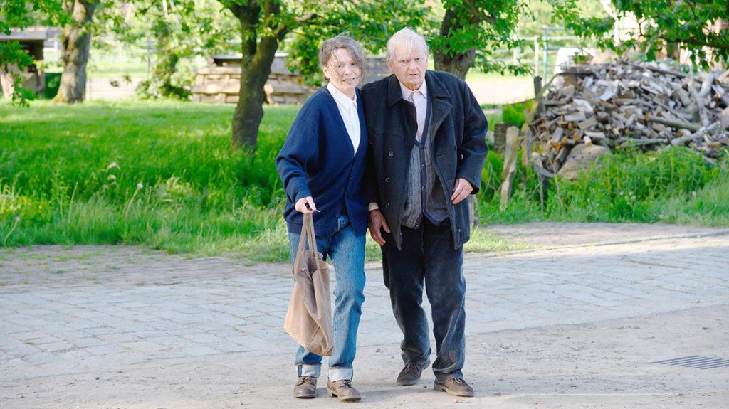 Vera (Iris Berben) stützt den schon sehr gebrechlichen Stiefvater Karl Eckhoff (Milan Peschel) (Foto: ZDF/Boris Laewen)