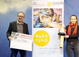Frank Zwanziger, Geschäftsführer Lotto-Stiftung, und Miriam Grimm von der Expedition Chawwerusch. (Foto: Walter Menzlaw)