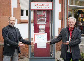 Wolfgang Holzner (li.) übergibt die gemeinsame Spende an Ben Hergl vom Chawwerusch-Theater. (Foto: honorarfrei)