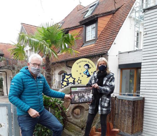 Stefan Eckert und Anja Hermann vor dem Eingang des Kinderhospizes in Dudenhofen. (Foto: honorarfrei)