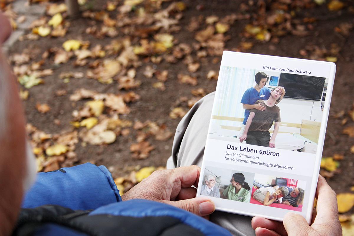 Vor allem Pflegefachkräfte und Pflegeschulen interessieren sich für die DVD über Basale Stimulation, die direkt über den Filmemacher bezogen werden kann (schwarzpaul@t-online.de), aber ihn erreichen auch berührende Briefe von Menschen, die beispielsweise Angehörige pflegen und sich vom Film inspirieren lassen. (Foto: cdr)
